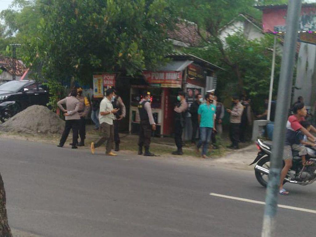 Geledah Rumah Terduga Teroris Nganjuk, Densus 88 Amankan Kaos Motif Doreng TNI