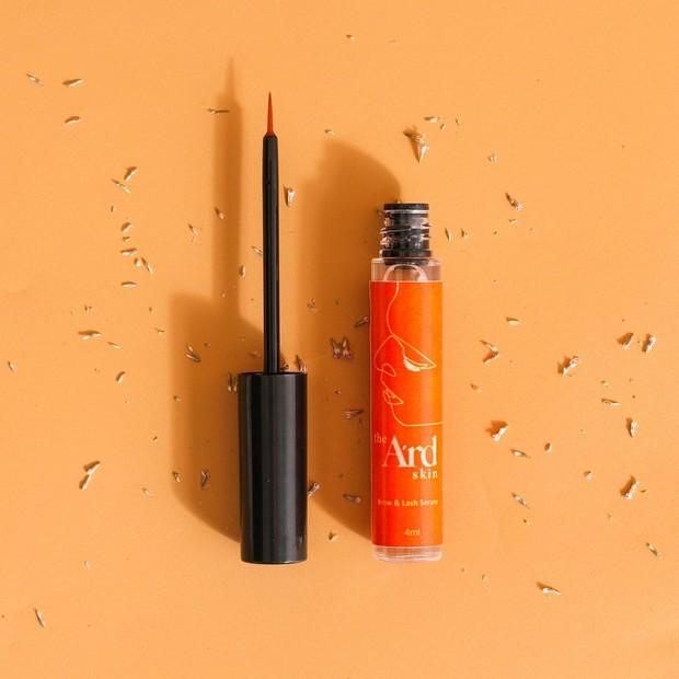 Serum bulu mata dari The Ard Skin dengan aroma vanilla yang menenangkan dan mudah diaplikasikan untuk menumbuhkan bulu mata.