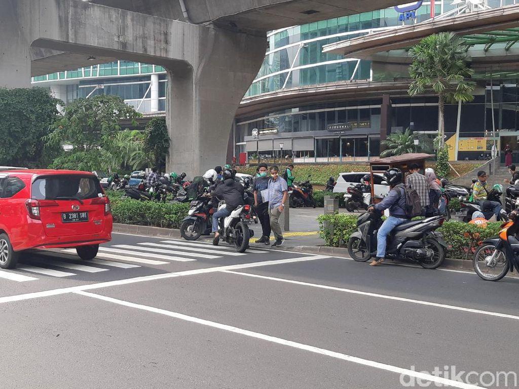 Dishub DKI Usul Penghalang Putar Balik Pemotor Bandel di Trotoar Kuningan