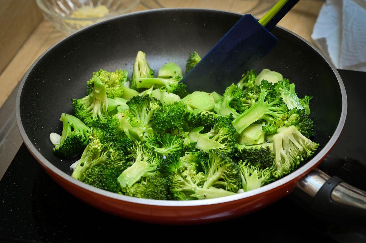 Stir fried broccoli with garlic - home cook