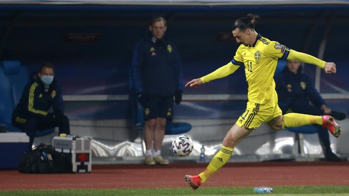 Swedens Zlatan Ibrahimovic tries to control the ball during the World Cup 2022 group B qualifying soccer match between Kosovo and Sweden at the Fadil Vokrri stadium in Pristina, Kosovo, Sunday, March 28, 2021. (AP Photo/Visar Kryeziu)