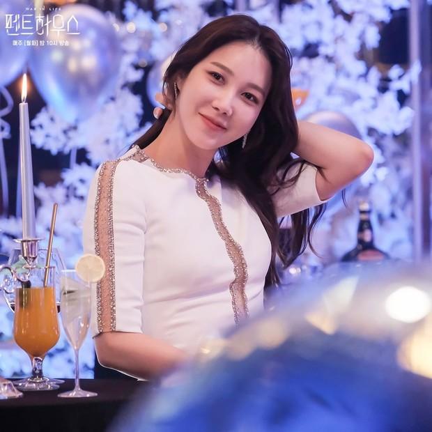 Aktris Lee Ji Ah dalam potongan adegan drama Penthouse