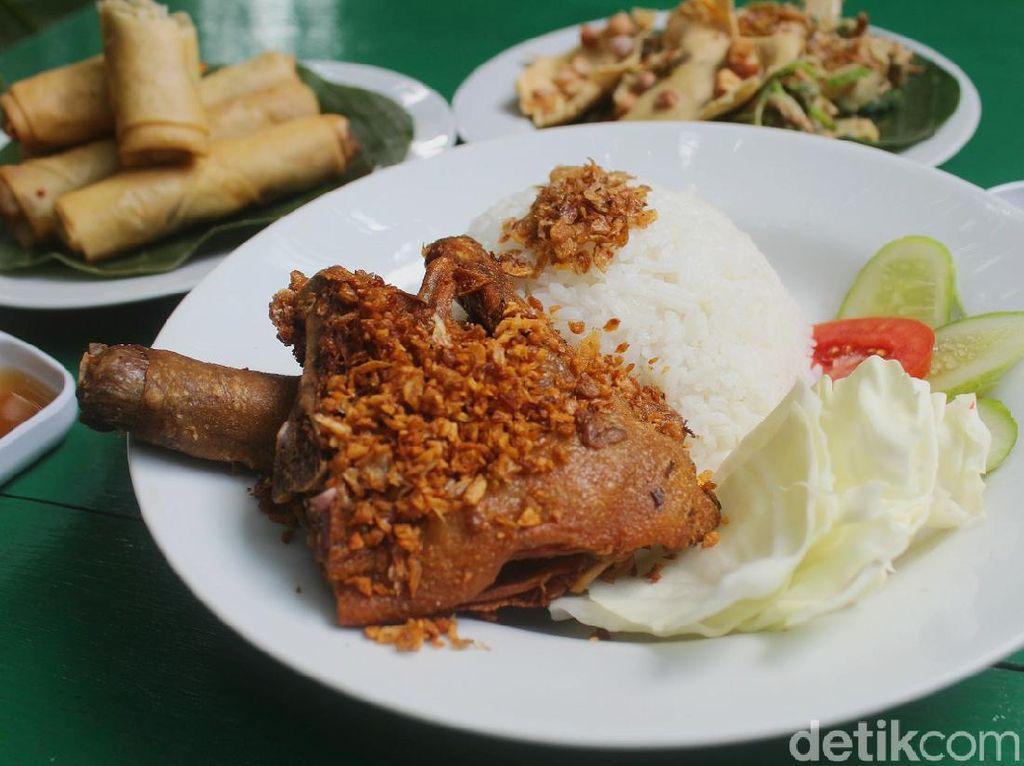 Puas Makan Bebek Goreng di Restoran Bertaman Asri