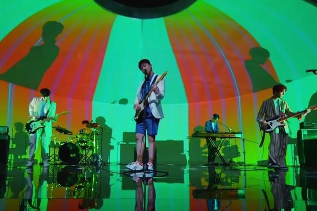 Menampilkan potongan gambar Band Day6 dalam Music Video Time Of Our Life.