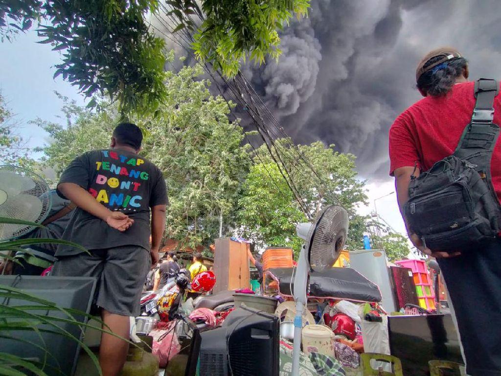 Pabrik Plastik di Surabaya Terbakar, Asap Hitam Membumbung Tinggi
