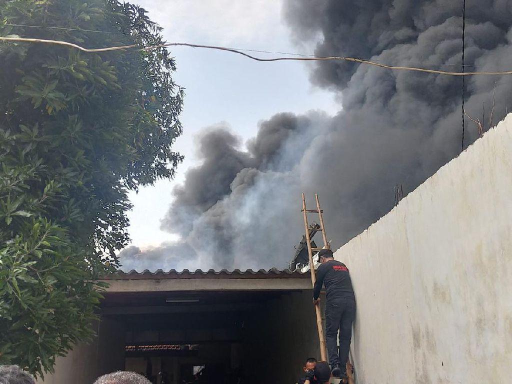 Kebakaran Pabrik Plastik di Surabaya Sempat Merembet ke Perkampungan