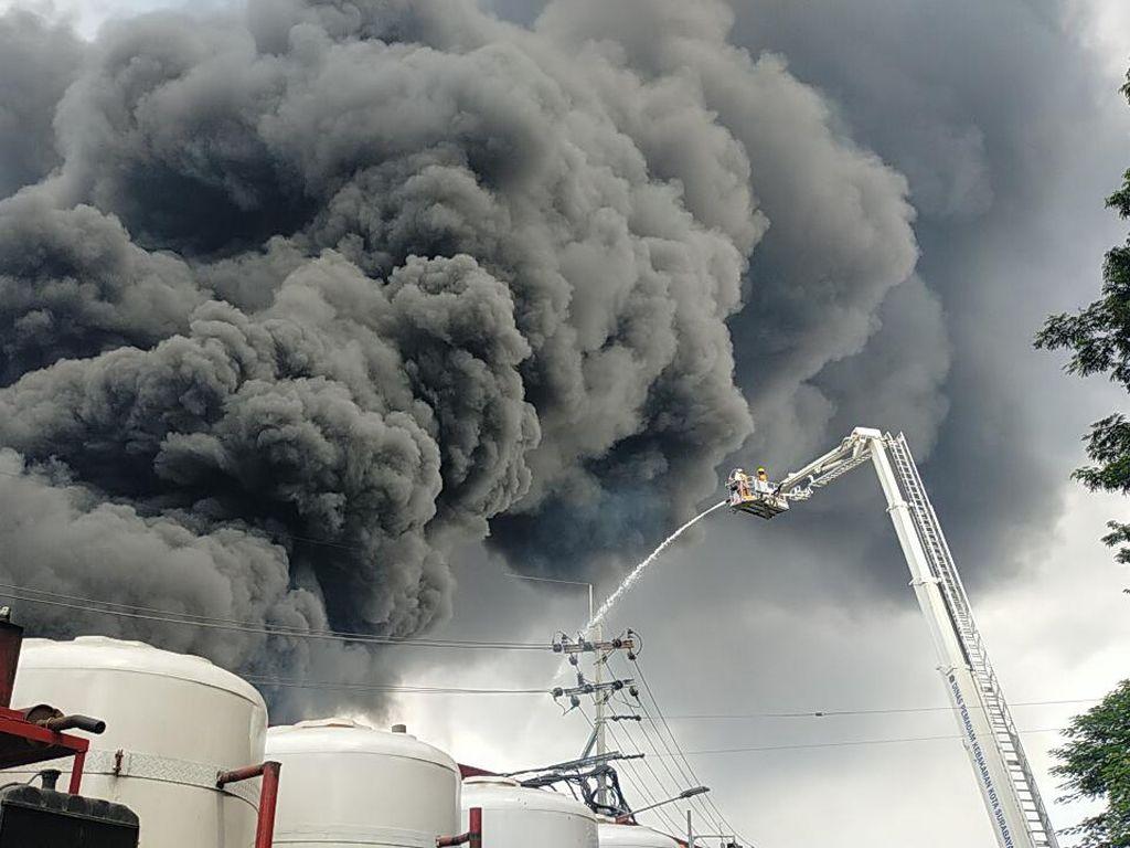 Dua Skylift Dikerahkan Padamkan Kebakaran Pabrik Plastik di Surabaya