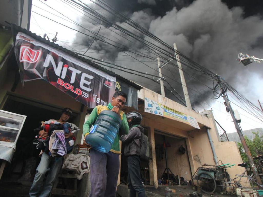 Kebakaran Pabrik Plastik di Surabaya Padam Setelah 4 Jam Api Berkobar