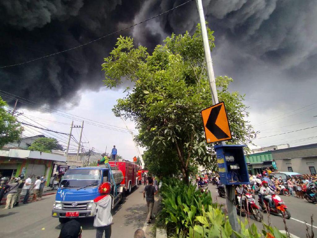 Ini Kendala Petugas PMK 4 Jam Padamkan Kebakaran Pabrik Plastik Surabaya