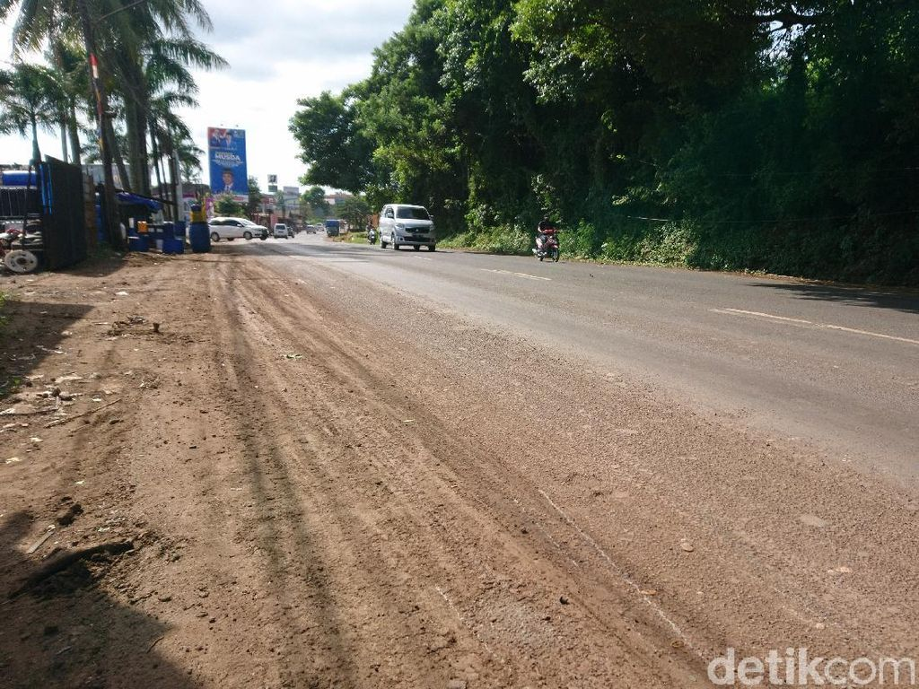 Ceceran Tanah di Jalan Serang-Cilegon Pemicu Kecelakaan Belum Dibersihkan