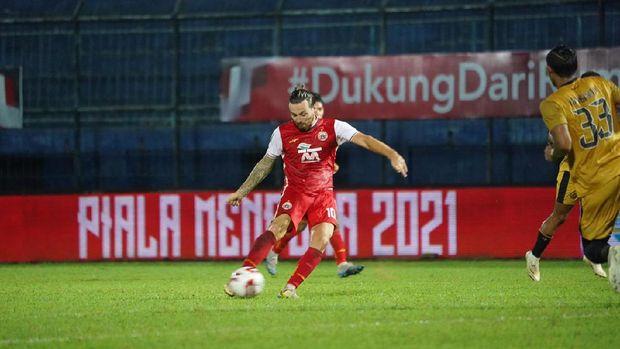 Marc Klok melepaskan tembakan dari luar kotak penalti yang menjadi gol kedua Persija ke gawang Bhayangkara Solo FC.