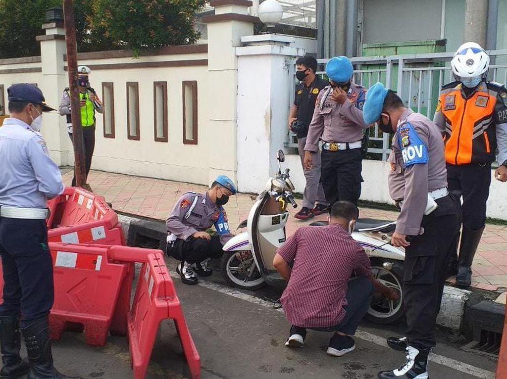 Dishub-Polres Depok Gembok Kendaraan yang Parkir Liar di JPO Balai Kota