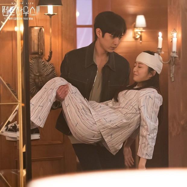 Potongan adegan tokoh Joo Seok Hoon dan Bae Ro Na dalam drama Penthouse.