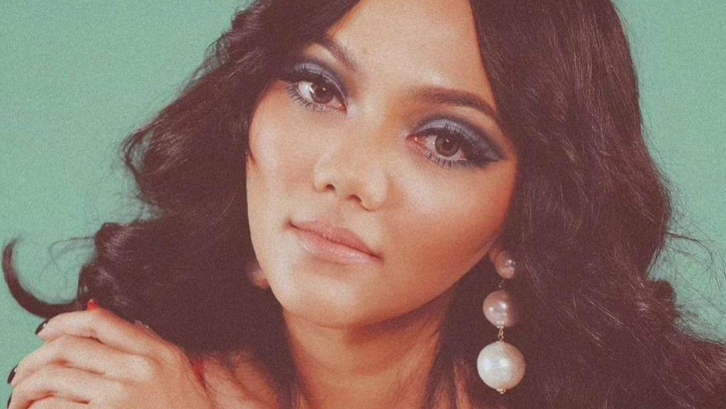 6 Penampilan Unik Rina Nose Pemotretan Jadul, Ada yang Disebut Mirip Eva Arnaz