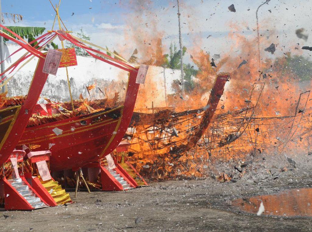 Doakan Leluhur Warga Pemekasan Lakukan Ritual Bakar Kapal