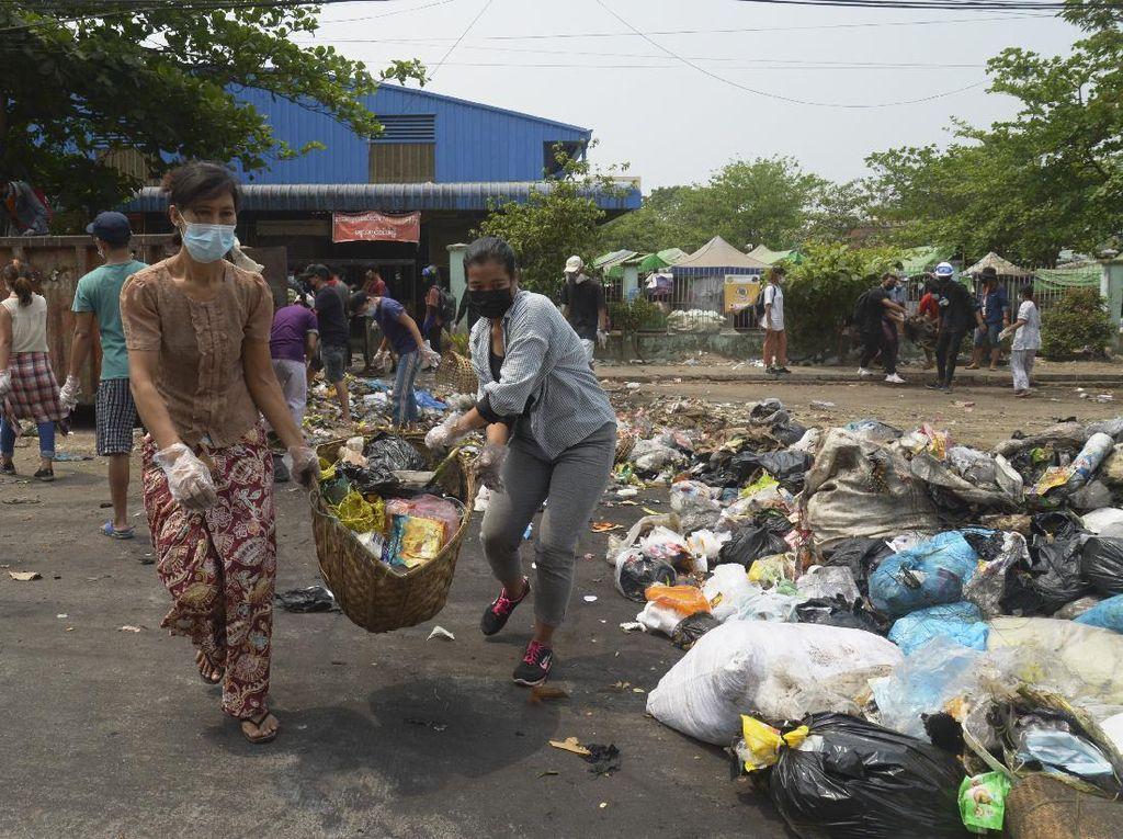 Pedemo Pakai Sampah Lawan Junta Myanmar