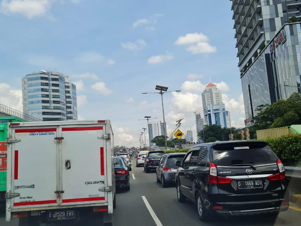 Pantauan Kepadatan Lalu Lintas Kendaraan di GT Halim-Cawang
