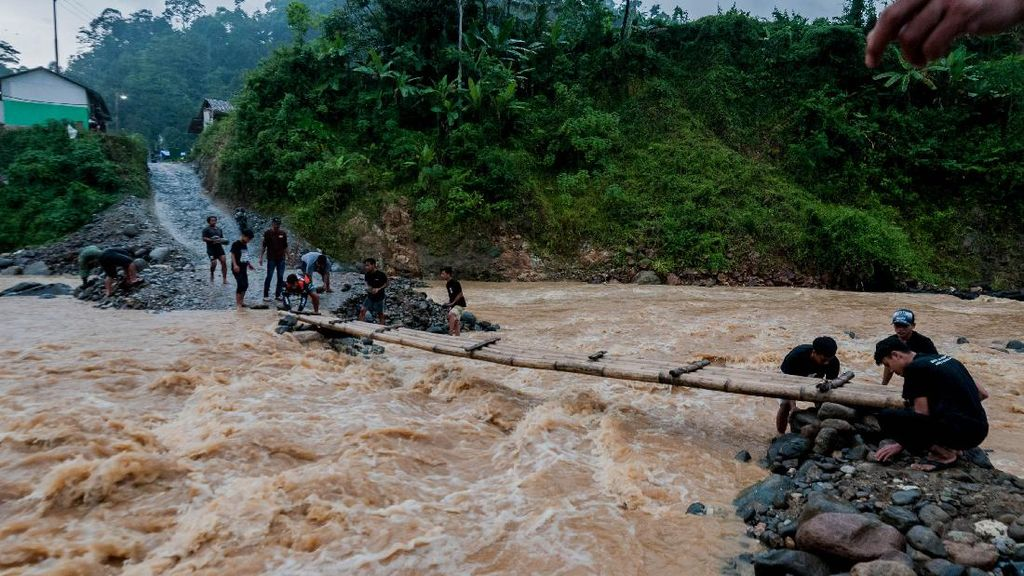 Warga Lebak Kesulitan Akses Jembatan Layak