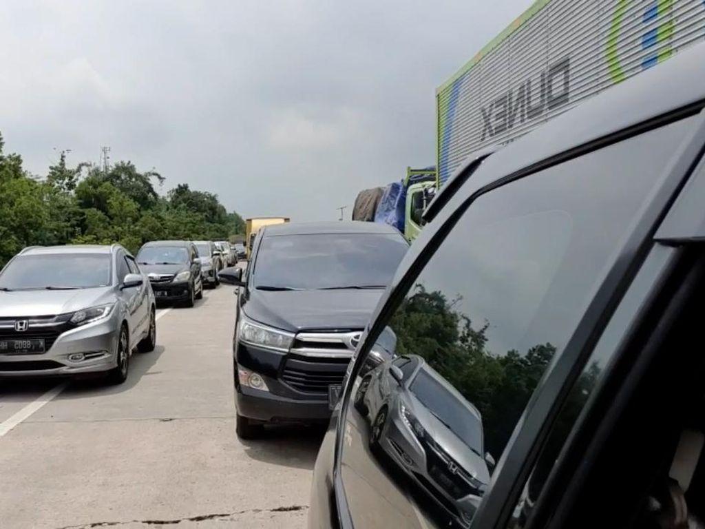 Ada Perbaikan Jalan, Antrean Kendaraan Mengular di Km 89 Tol Cipali