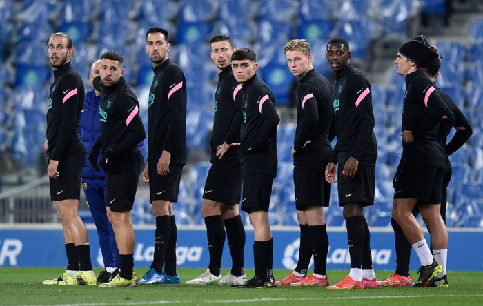 SAN SEBASTIAN, SPAIN - MARCH 21: Players of FC Barcelona warm up prior to the La Liga Santander match between Real Sociedad and FC Barcelona at Estadio Anoeta on March 21, 2021 in San Sebastian, Spain. Sporting stadiums around Spain remain under strict restrictions due to the Coronavirus Pandemic as Government social distancing laws prohibit fans inside venues resulting in games being played behind closed doors.  (Photo by Juan Manuel Serrano Arce/Getty Images)