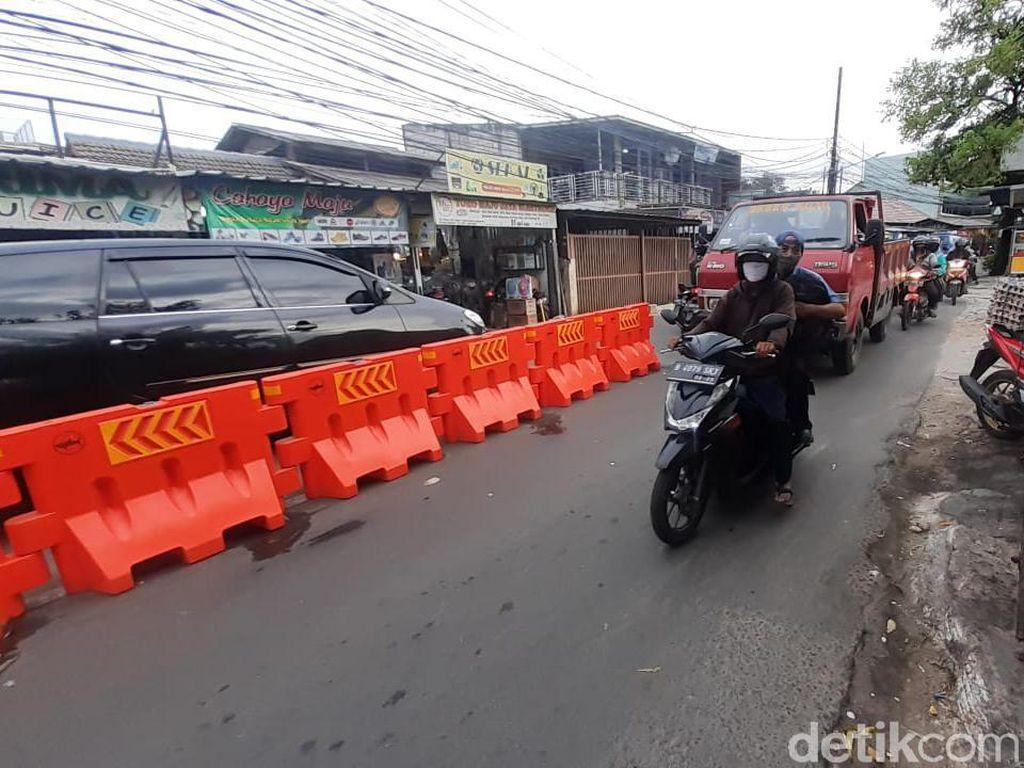 Barier untuk Atasi Macet Jl Moh Kahfi I Dinanti, Baru Terpasang 15 Unit
