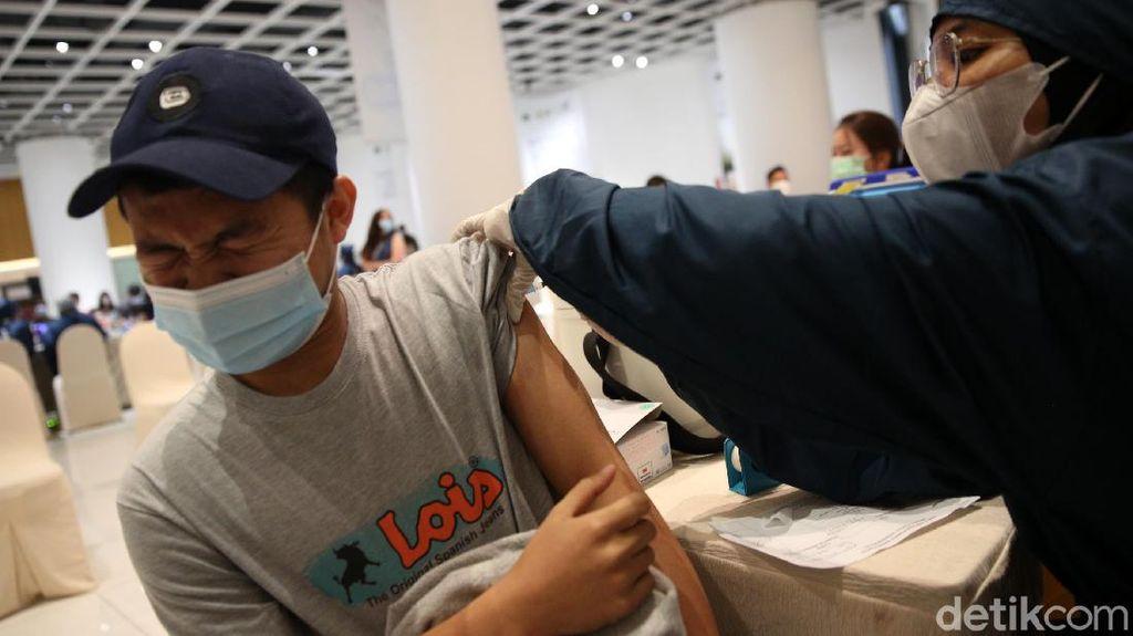 Ekspresi Pelaku UMKM saat Disuntik Vaksin Corona