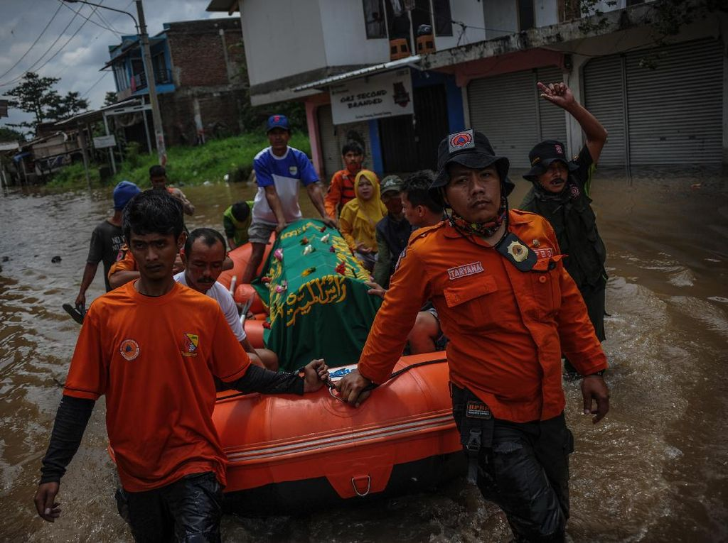 Potret Evakuasi Jenazah Saat Banjir di Baleendah