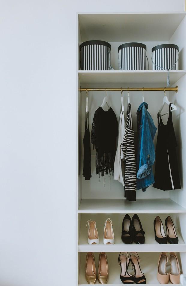 Organisir lemari pakaian.