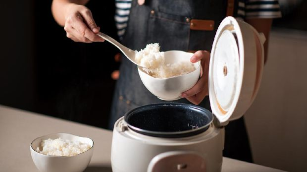 Ilustrasi mengolah makanan nasi di rice cooker