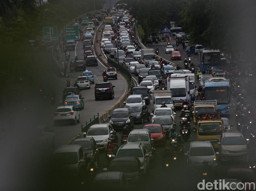 Jalan KH Abdullah Syafei Macet Parah