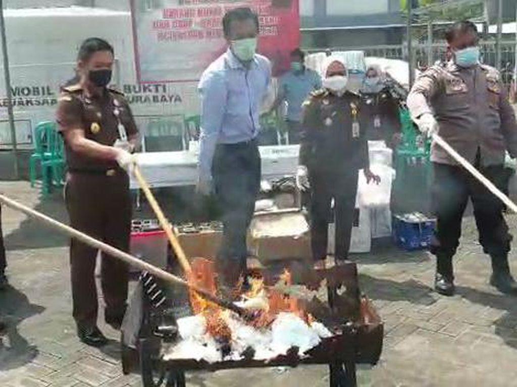 Kejari Surabaya Musnahkan Barang Bukti, Narkoba Dibakar HP Dipalu