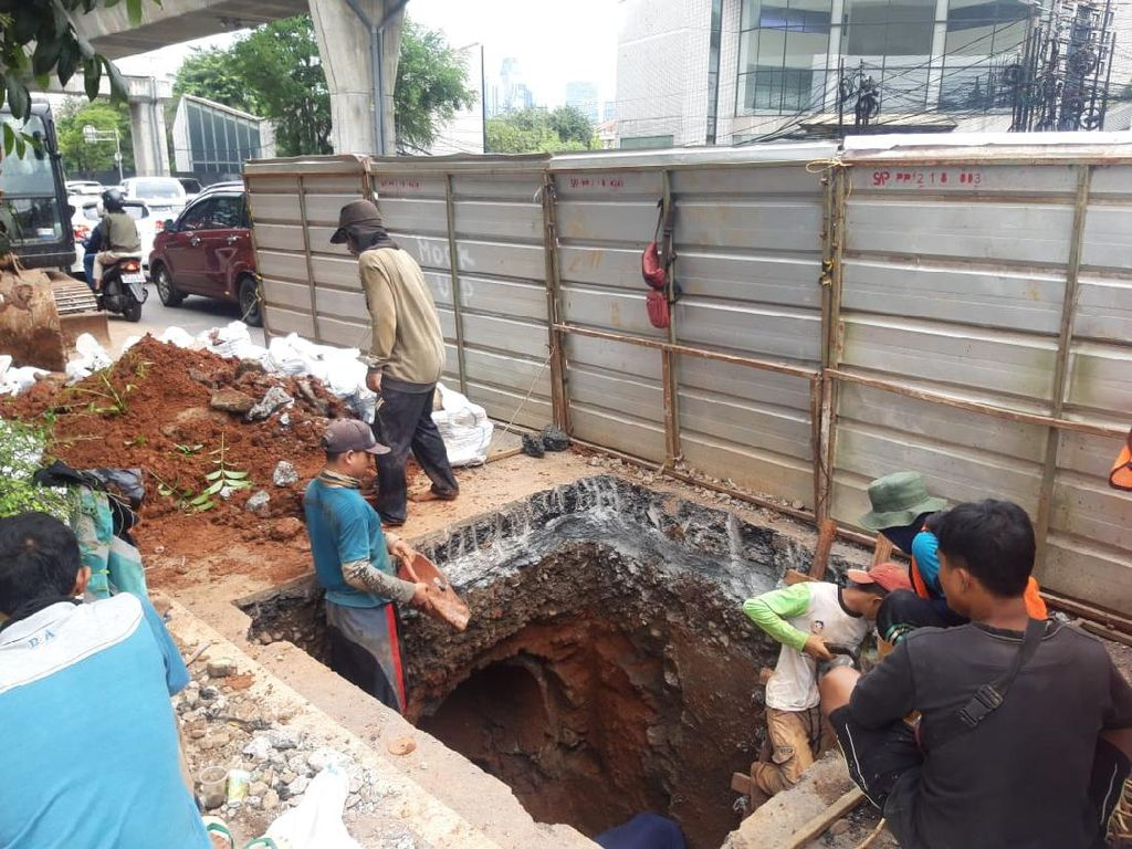 Biang Macet Panjang Jakarta: Galian Kabel Manhole di Tendean Jaksel