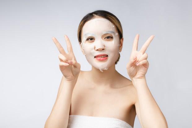 Memakai ulang sheet mask untuk mendapatkan kesegaran yang sama/freepik.com