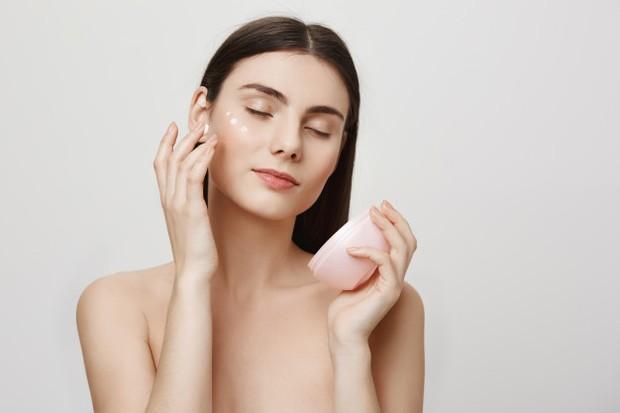 Ilustrasi Menggunakan Skincare