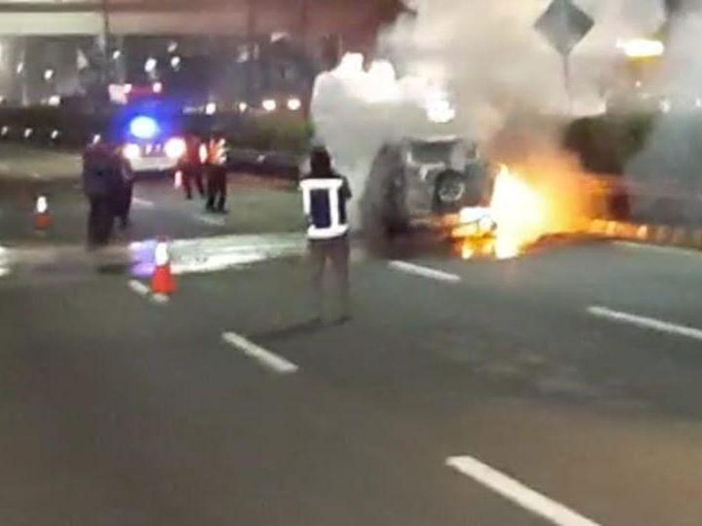 Penampakan Mobil yang Terbakar di Tol Dalam Kota