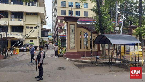 Pengamanan saat ini di Kompleks Mabes Polri pasca serangan teror. Polisi menyiagakan mobil Barakuda dan menerjunkam anjing K9 untuk melakukan penjagaan