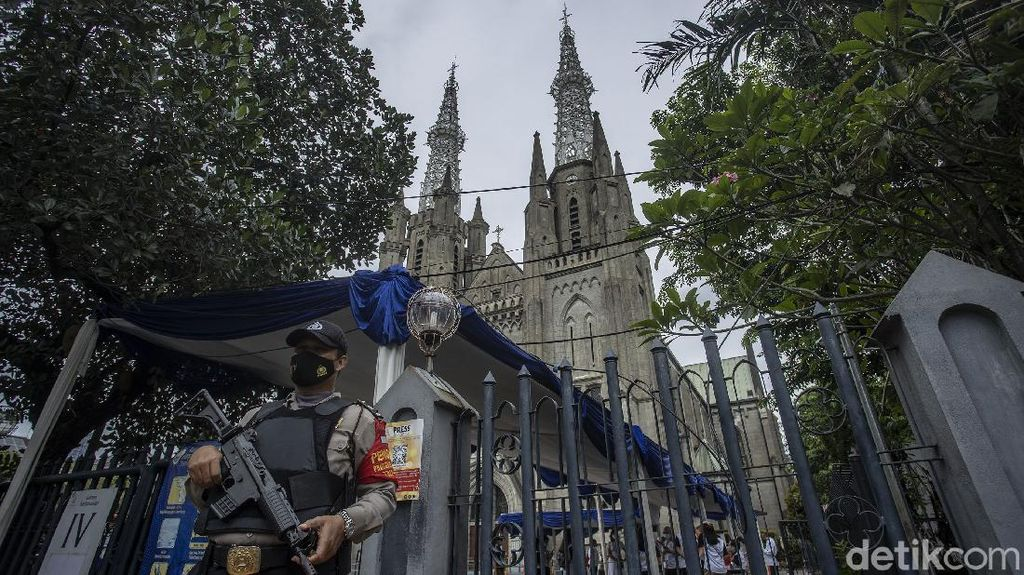 Penjagaan Gereja Katedral Jelang Pekan Suci Paskah