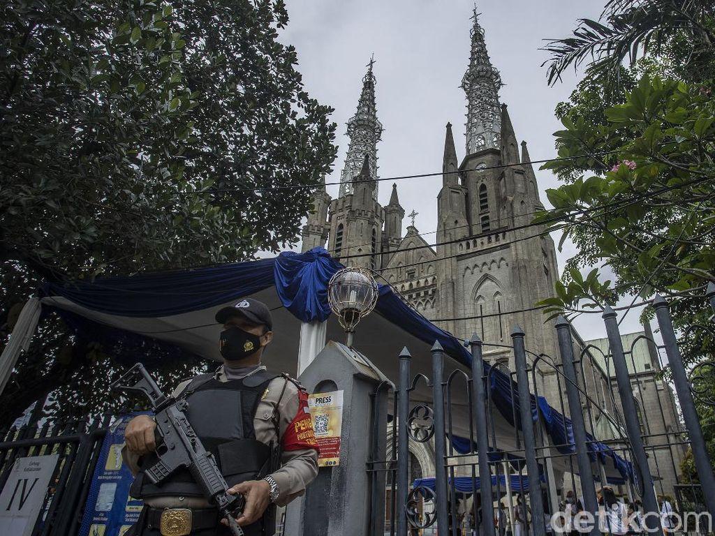 Panser Anoa Siaga di Katedral Jakarta Jelang Misa Jumat Agung