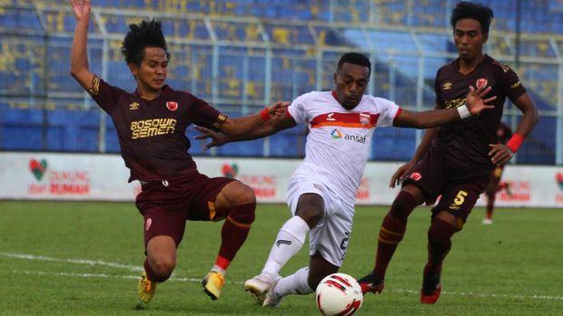Pesepak bola Borneo FC Samarinda Terens Owang (tengah) berusaha melewati hadangan dua pesepak bola PSM Makassar Abdul Rahman (kiri) dan Erwin Gutawa (kanan) dalam lanjutan pertandingan Piala Menpora Grup B di Stadion Kanjuruhan, Malang, Jawa Timur, Rabu (31/3/2021). Pertandingan tersebut berakhir imbang dengan skor 2-2. ANTARA FOTO/Ari Bowo Sucipto/wsj.