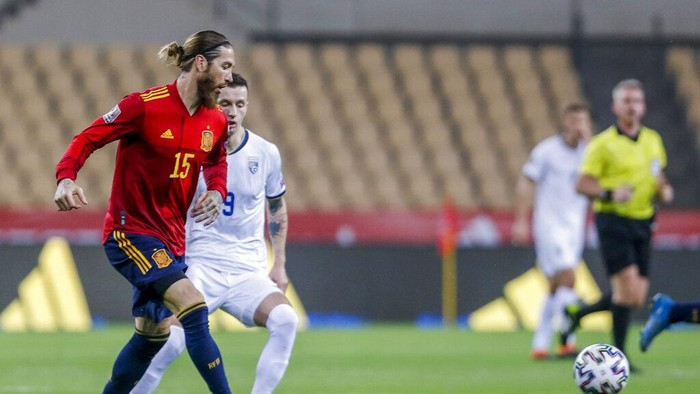 Spains Sergio Ramos, left, kicks the ball during the World Cup 2022 Group B qualifying round soccer match between Spain and Kosovo at La Cartuja stadium in Seville, Spain, Wednesday March 31, 2021. (AP Photo/Miguel Angel Morenatti)