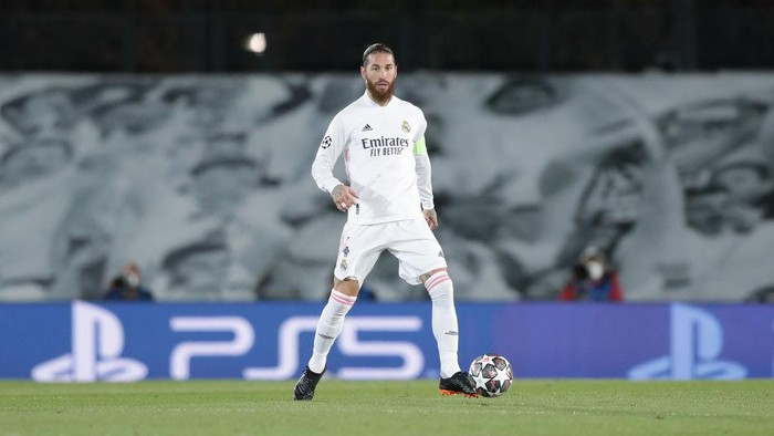 MADRID, SPAIN - MARCH 16: Sergio Ramos of Real Madrid CF controls the ball during the UEFA Champions League Round of 16 match between Real Madrid and Atalanta at Alfredo Di Stefano stadium on March 16, 2021 in Madrid, Spain. Sporting stadiums around Spain remain under strict restrictions due to the Coronavirus Pandemic as Government social distancing laws prohibit fans inside venues resulting in games being played behind closed doors. (Photo by Gonzalo Arroyo Moreno/Getty Images)