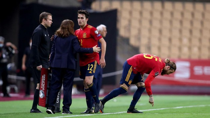 SEVILLE, SPAIN - MARCH 31: Eric Garcia of Spain is replaced by team mate Sergio Ramos during the FIFA World Cup 2022 Qatar qualifying match between Spain and Kosovo at Estadio Olimpico on March 31, 2021 in Seville, Spain. Sporting stadiums around Spain remain under strict restrictions due to the Coronavirus Pandemic as Government social distancing laws prohibit fans inside venues resulting in games being played behind closed doors. (Photo by Fran Santiago/Getty Images)