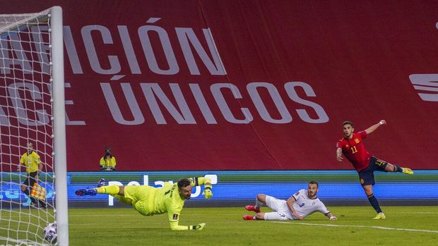 Spain's Ferran Torres, right, scores his team second gaol during the World Cup 2022 Group B qualifying round soccer match between Spain and Kosovo at La Cartuja stadium in Seville, Spain, Wednesday March 31, 2021. (AP Photo/Miguel Angel Morenatti)