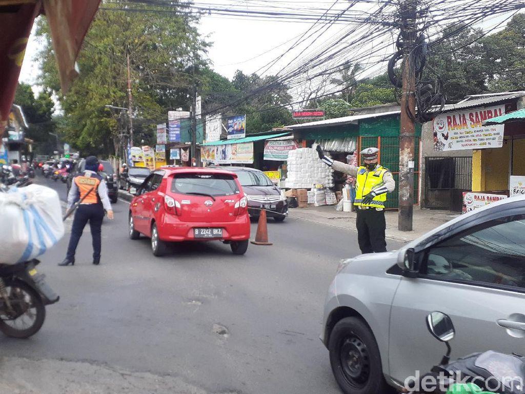 Polisi-Dishub Atur Lalin Jl Moh Kahfi I Jaksel yang Rawan Macet