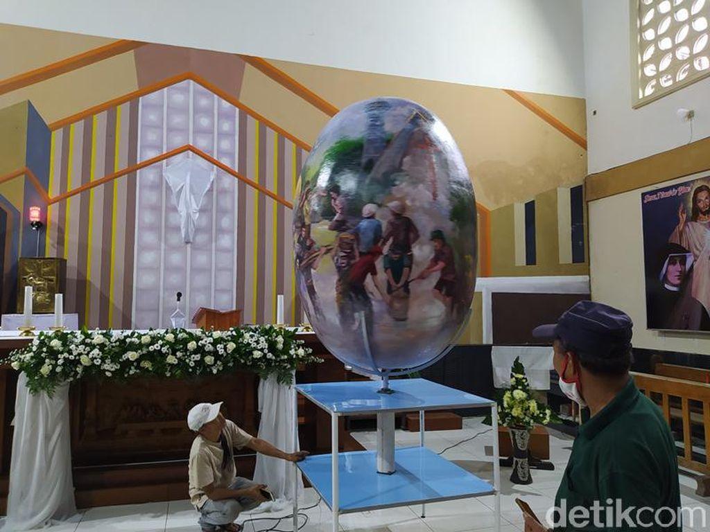 Melihat Telur Paskah 1,7 Meter di Gereja Santo Mikael Akmil Magelang