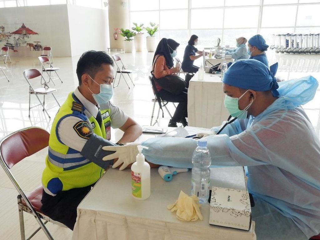 Ratusan Petugas Bandara Kulon Progo Disuntik Vaksin Corona