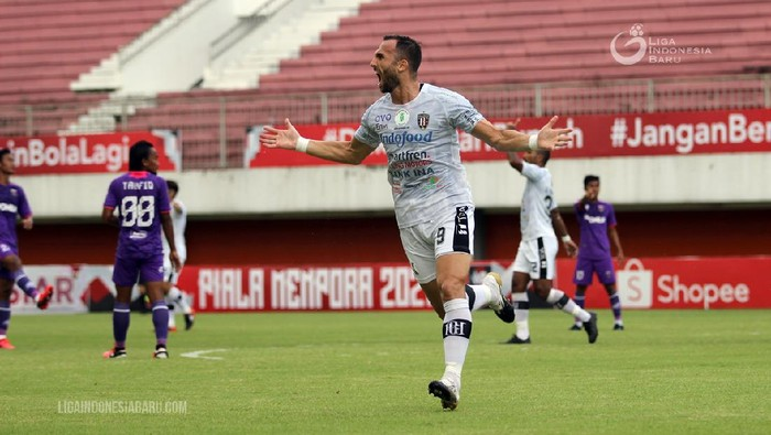 Striker Bali United Ilija Spasojevic merayakan golnya ke gawang Persita Tangerang dalam laga Grup D Piala Menpora 2021 di Stadion Maguwoharjo, Sleman, Jumat (2/4/2021).