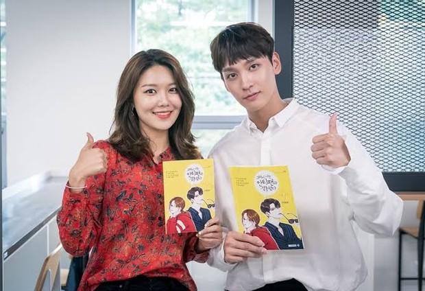 Choi Sooyoung dan Choi Tae Joon bersama novel So I Married An Anti-Fan/asianwiki.com