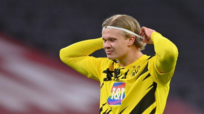 MUNICH, GERMANY - MARCH 06: Erling Haaland of Borussia Dortmund looks down during the Bundesliga match between FC Bayern Muenchen and Borussia Dortmund at Allianz Arena on March 06, 2021 in Munich, Germany. (Photo by Sebastian Widmann/Getty Images)