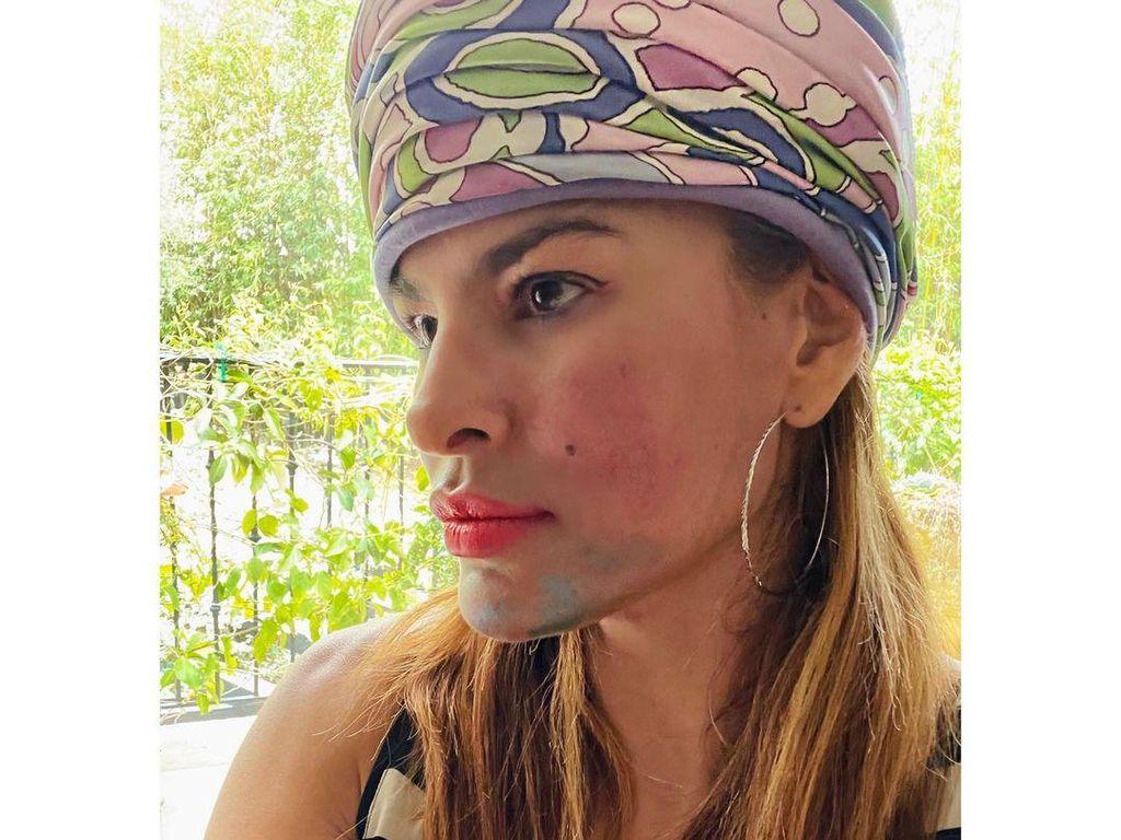 Saat Wajah Cantik Eva Mendes Penuh Makeup Menor